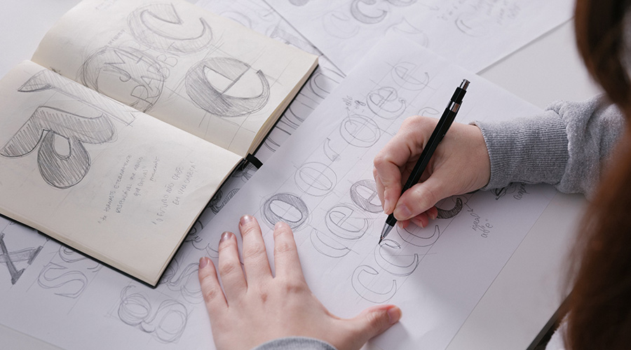 Brígida sketching details of a new font from KOBU Foundry